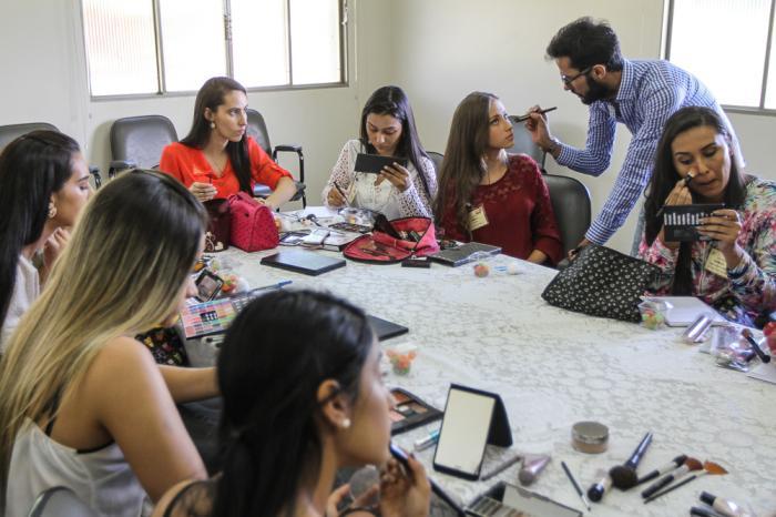 Pré-candidatas a Rainha Nacional do Milho participam de oficina de cabelo e maquiagem
