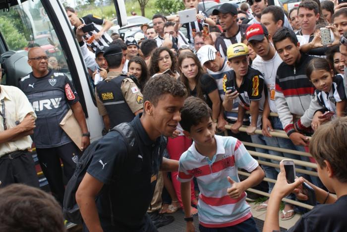 Centenas de torcedores do Atlético Mineiro recepciona o time no aeroporto de Patos de Minas na manhã deste Sábado (07)