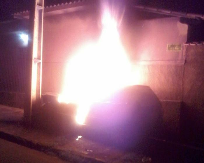 Motorista inabilitado e com veículo irregular tem carro furtado e incendiado em Carmo do Paranaíba