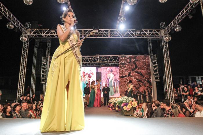 Camila Rosa Silva de 17 anos é eleita rainha da Festa Nacional do Milho na cidade de Patos de Minas
