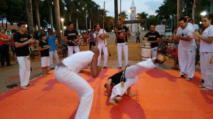 Grupo de Capoeira IUNA de Lagoa Formosa coleciona adeptos da arte e mostra seus talentos em praça pública