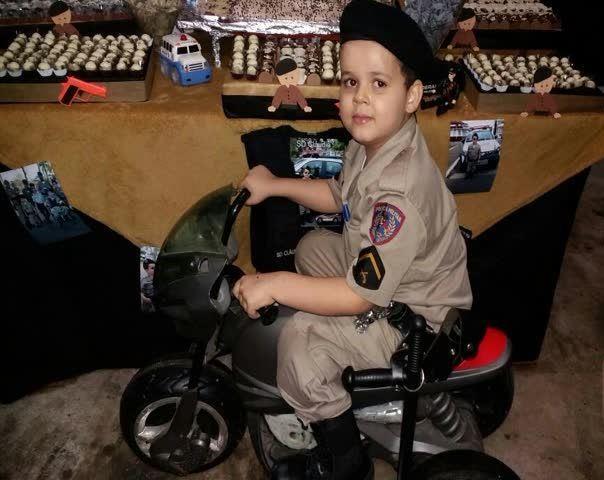 Patos de Minas: menino que sonha ser policial militar recebe surpresa de PM no aniversário