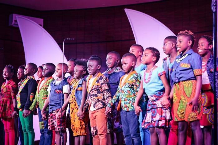 Coral formado por crianças órfãs da Africa se apresenta na Igreja Presbiteriana na cidade de Patos de Minas em sua turnê pelo Brasil