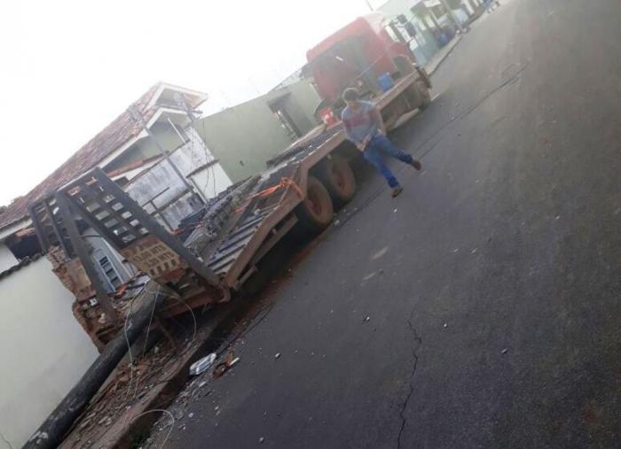 Motorista esquece de acionar freios e caminhão causa estragos na cidade de Lagoa Formosa
