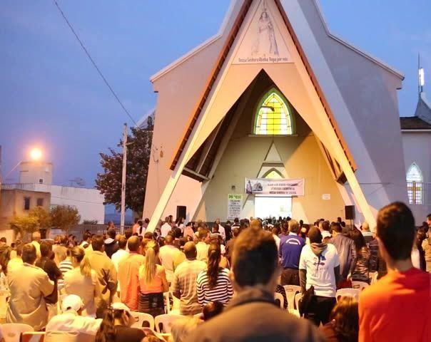 Milhares de fiéis participam de caminhada de Nossa Senhora da Abadia na cidade de Patos de Minas