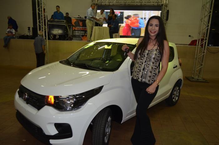 Funcionária ganha veículo zero km em festa de confraternização da Raros Alimentos