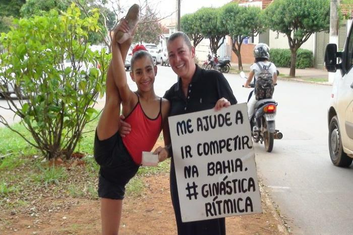 Atleta da cidade de Patos de Minas pede dinheiro em semáforo para participar de competição