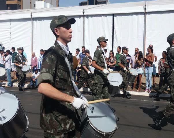 Sol forte e calor intenso atrapalha desfile cívico-militar na cidade de Patos de Minas em comemoração ao dia da Independência do Brasil