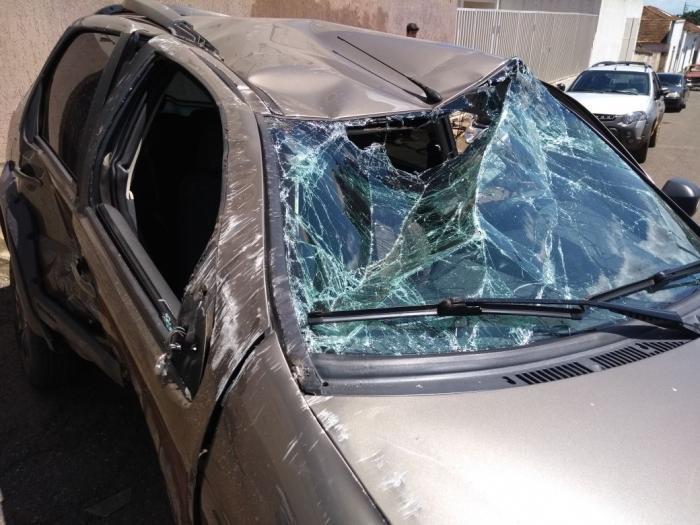 Motorista de Carmo do Parnaíba avança parada obrigatória é atingido por outro veículo e capota violentamente