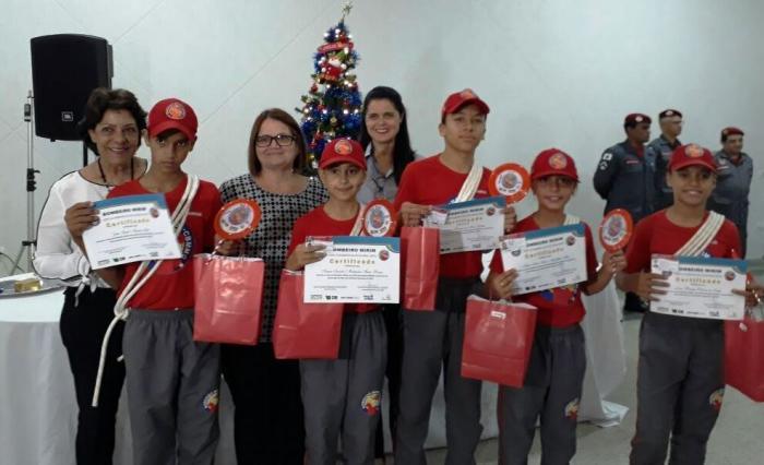 Alunos de Lagoa Formosa e Patos de Minas participam do formatura do Projeto Bombeiro Mirim