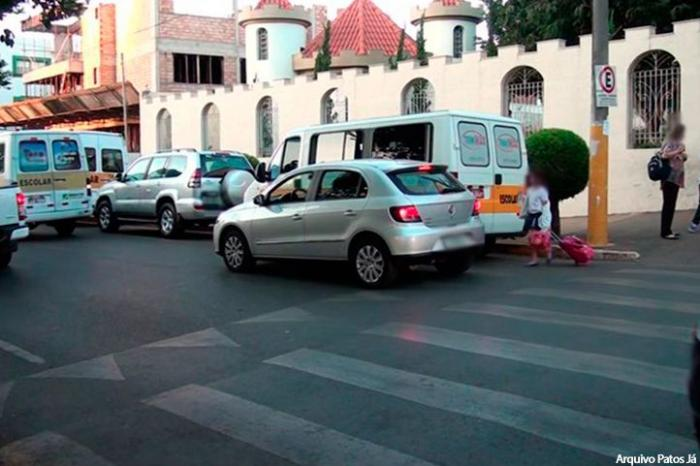 Polícia Militar Militar faz orientações para diminuir congestionamentos em frente às escolas em Patos de Minas