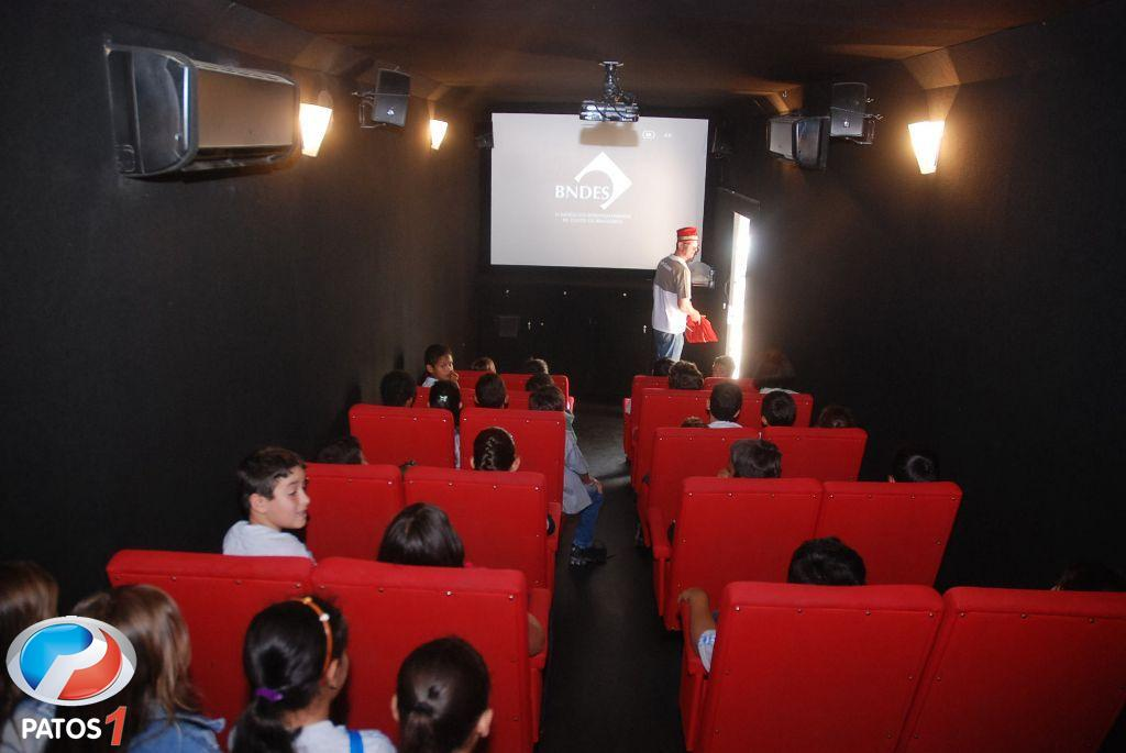 """Projeto Cultural """"Gira Brasil 2012"""" apresenta filmes de graça para alunos das escolas municipais de Patos de Minas"""