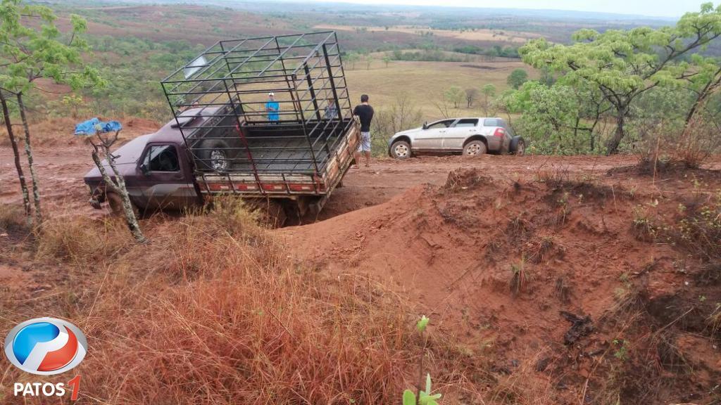 Estradas rurais causam acidentes e deixam motoristas atolados em Presidente Olegário