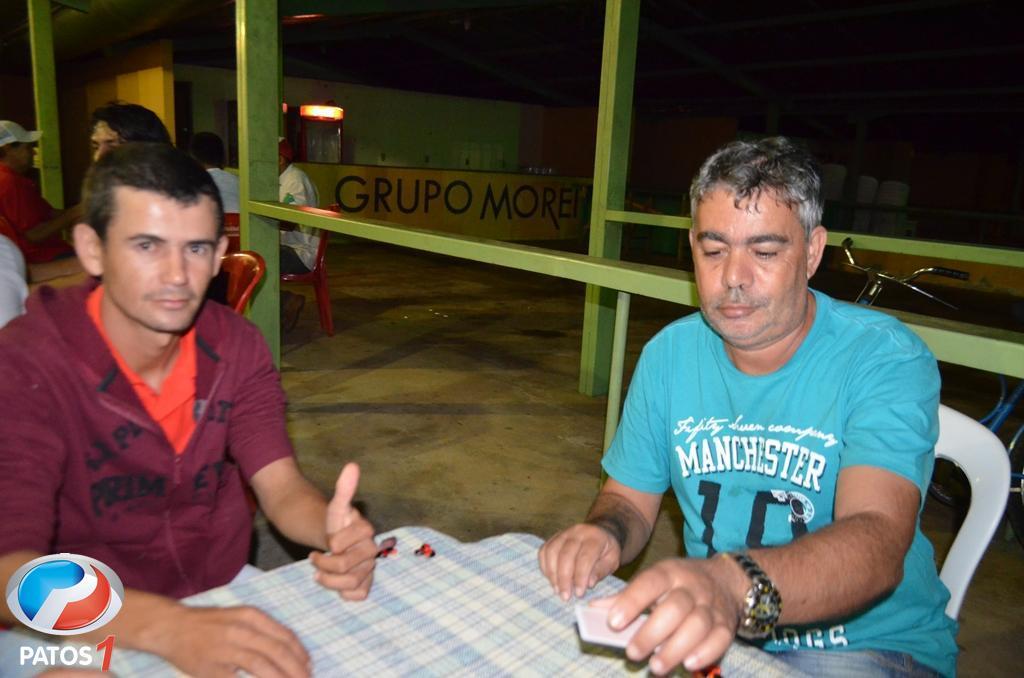Campeão do torneio de truco da Festa do Feijão usa prêmio para comprar cestas básicas e faz doações