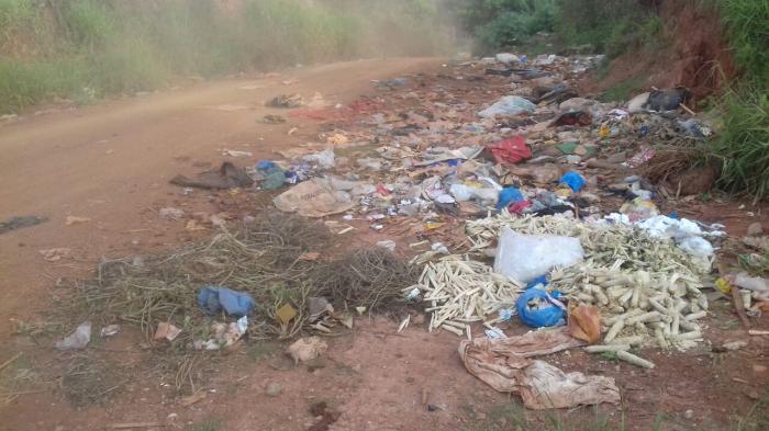Prefeitura de Lagoa Formosa recolhe lixo em estrada vicinal e pede ajuda à população