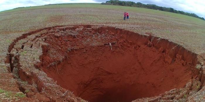 Cratera gigante aparece no meio de terreno na zona rural de Coromandel e assusta fazendeiros