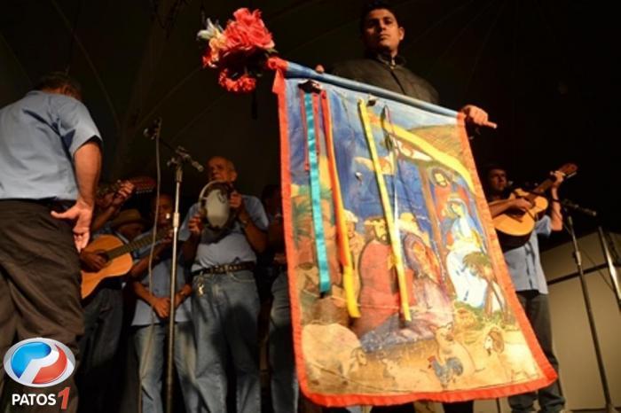 """""""Com a graça de Deus"""", a Folia de Reis de São Vicente de Paulo abriu o Balaio de Arte e Cultura na fenamilho 2013"""