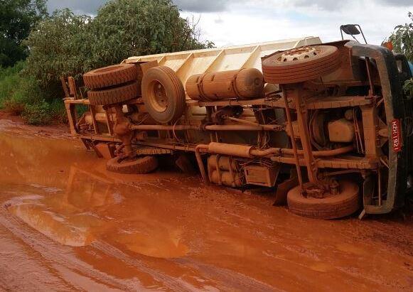 Caminhão tomba após cair em buraco com lama em estrada vicinal de Carmo do Paranaíba