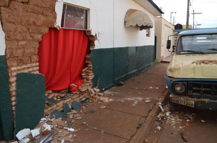 Após ser atingido por veículo descontrolado carro estacionado invade residência em Lagoa Formosa