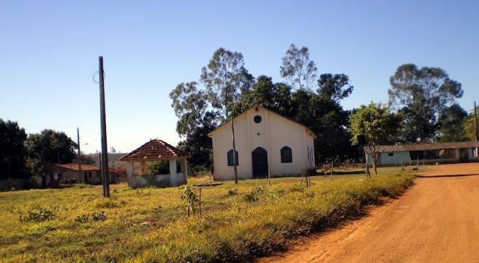 Igreja de Lanhosos é interditada por risco de desabamento e casamento é celebrado do lado de fora