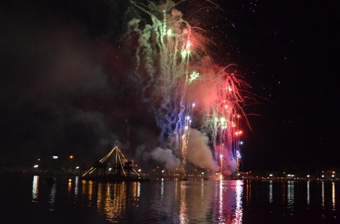 Lagoa Formosa recebe 2018 com intensa queima de fogos e atrai multidão de pessoas