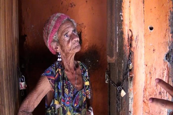 Mulher vive em situação precária em Patos de Minas e Vizinhos chamam a atenção do Poder Público
