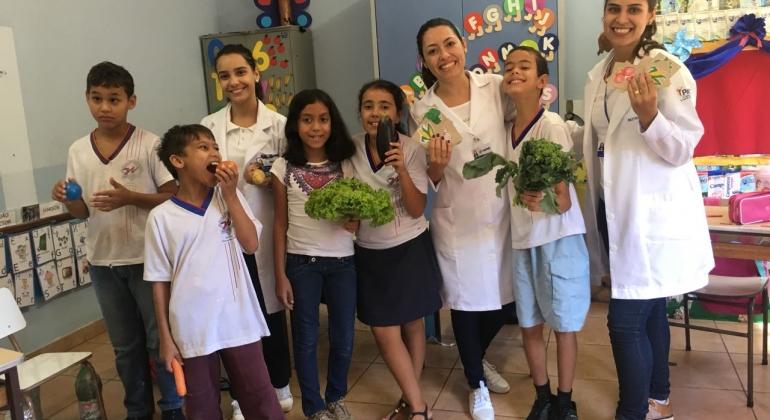 Alunas do UNIPAM realizam atividades de educação nutricional na APAE