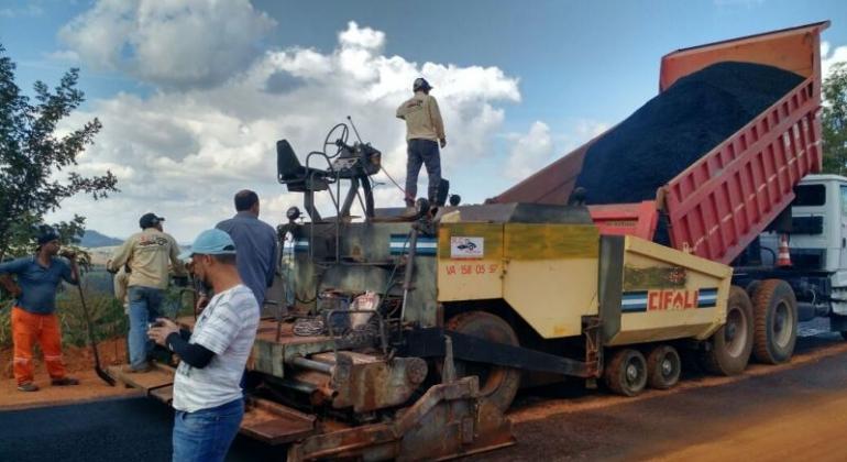 Prefeitura de Lagoa Formosa inicia nova etapa de pavimentação da estrada de Monjolinho
