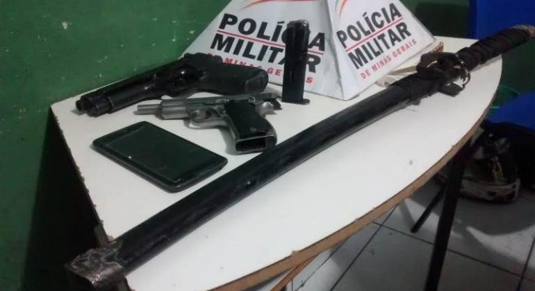 Polícia Militar apreende armas, munições e drogas na cidade de Patos de Minas