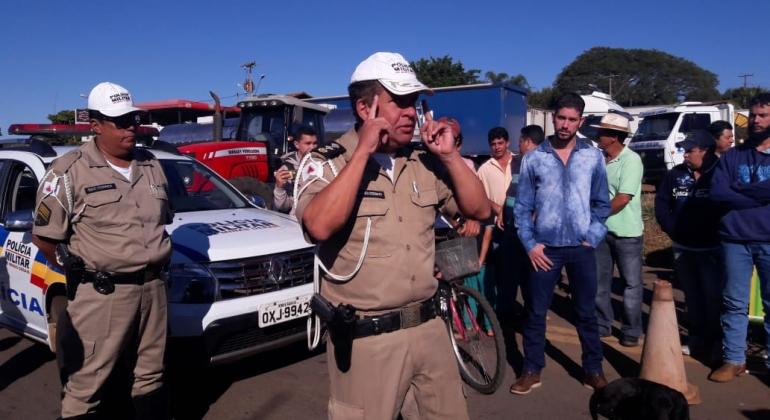 Caminhoneiros continuam com manifestação na MGC-354 em Presidente Olegário