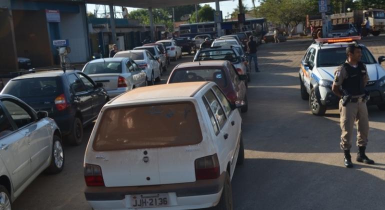 Proprietários de veículos de Lagoa Formosa passam a noite em filas na busca por combustível