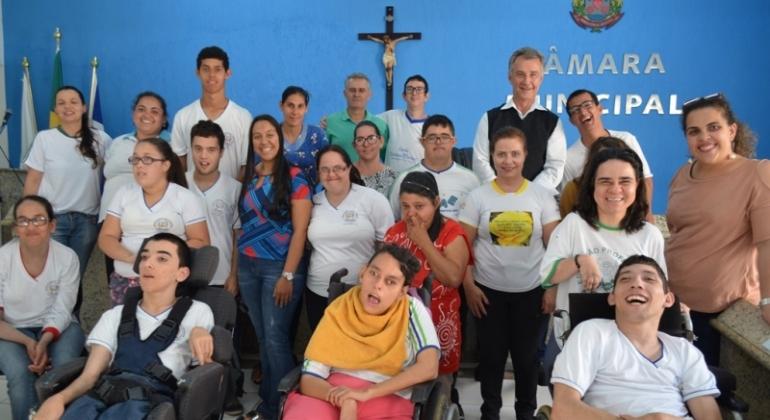 Alunos da APAE de Lagoa Formosa visitam a Câmara Municipal