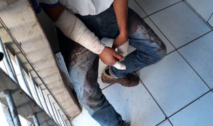 Com sintomas de embriaguez rapaz soca e quebra vidro do Hospital Regional