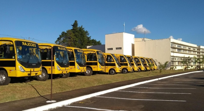 Governador visita Patos de Minas e entrega ônibus escolares e participa de comenda