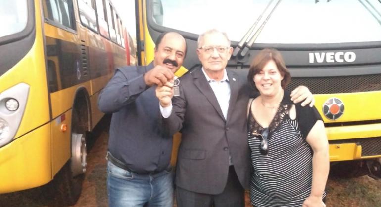 Lagoa Formosa recebe ônibus escolar através de indicação do deputado Hely Tarquinio