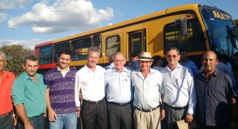 Através de indicações do Deputado Dr. Hely prefeituras recebem ônibus escolares e ambulância