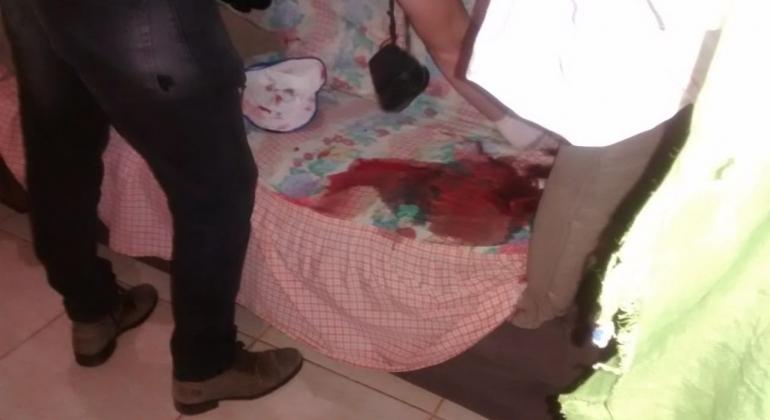 Mãe chega em casa e encontra filho morto a tiros no Bairro Quebec em Patos de Minas
