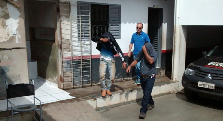 Suspeitos de assalto e receptação presos após perseguição com troca de tiros com a polícia são apresentados