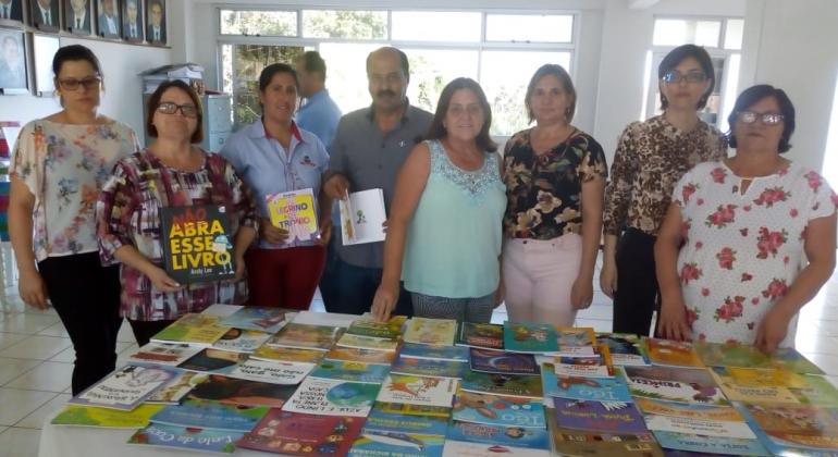 Secretaria de educação de Lagoa Formosa entrega kits para as escolas municipais