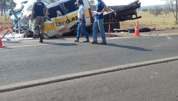 Grave acidente entre van escolar e carreta deixa alunos e motoristas mortos na MGC-497