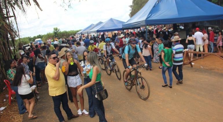"""Milhares de pessoas comemoram na Comunidade de """"Beco"""" a pavimentação da estrada que liga Lagoa Formosa a Monjolinho"""