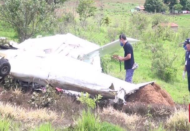 Equipe técnica da CENIPA colhe dados em destroços de avião que caiu e matou 5 pessoas em Patos de Minas