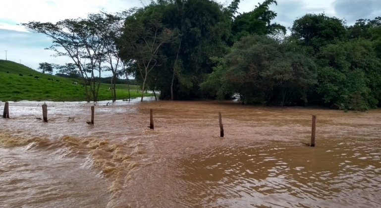 Córrego Babilônia transborda com as fortes chuvas que caíram em Lagoa Formosa nos últimos dias
