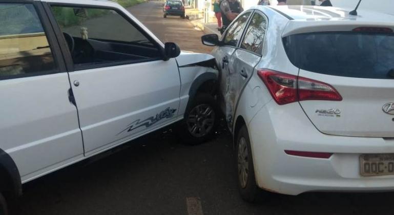 Condutora sem habilitação atinge veículo estacionado e fere uma pessoa em Carmo do Paranaíba