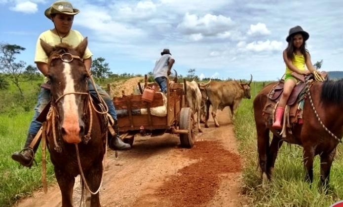 Produtores rurais do município de Patos de Minas consertam estradas com auxílio de carros de bois