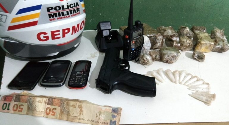 Polícia Militar apreende droga, dinheiro e réplica de arma de fogo em Patos de Minas
