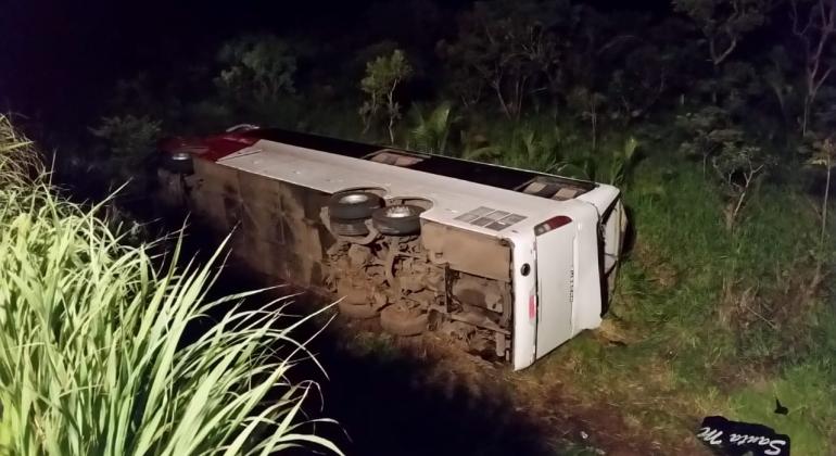 Clandestino: 20 passageiros ficam feridos em acidente com ônibus na BR-365 próximo à São Gonçalo