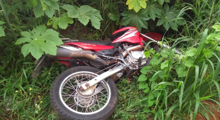Motocicleta levada por ladrões de supermercado durante assalto é recuperada pela PM