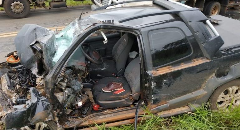 Colisão frontal envolvendo três veículos deixa uma pessoa gravemente ferida na MGC-354