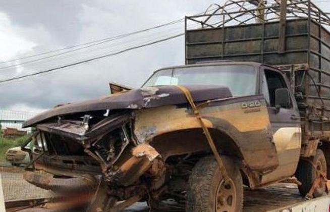 Colisão lateral deixa veículos danificados na MG-235 em São Gotardo